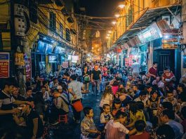 Vì sao phố đêm Tạ Hiện ở Hà Nội lại được du khách yêu thích